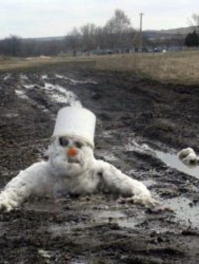 Снеговик_тонет_в_грязи