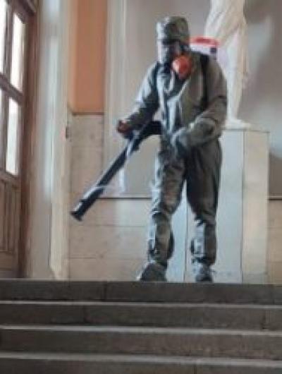 orlovskie-sotrudniki-mchs-proveli-dezinfekciyu-zheleznodorozhnogo-vokzala_1616153059771308095__2000x2000